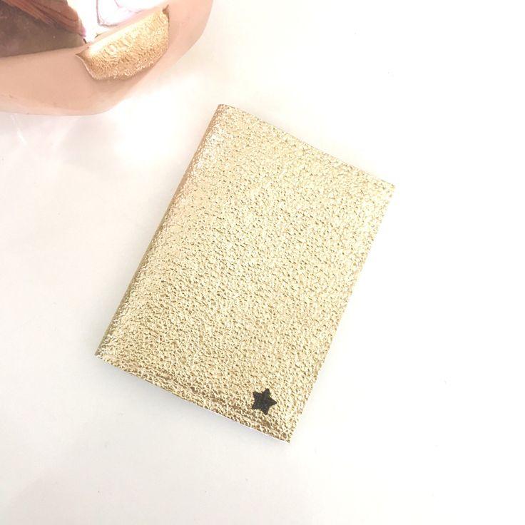 Porte cartes simili cuir doré,coton plumes et étoile noire,cadeau à petit prix : Etuis, mini sacs par miss-so-chic