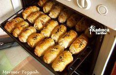 Çıtır Börek Tarifi İçin Malzemeler  3 adet yufka, 1 yumurta, 1 su bardağı su, Yarım paket margarin, Çörek otu.  İçi için;  500 gr. lor peyniri, Maydanoz, Kara biber,