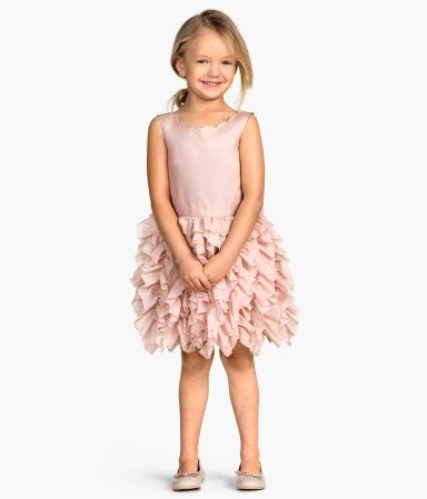 Sleeveless dress in woven fabric with a gently flared, ruffled skirt lined with tulle. Scalloped neckline and concealed back zip. Lined.