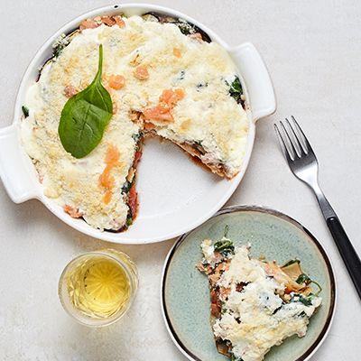 """Zalm aubergine lasagne """"Zalm komt voornamelijk uit de Nordische wateren, en is daardoor in volle aanbod in Nederland te verkrijgbaar. Deze vissoort is rijk aan omega-3 vetten, wat meehelpt aan de ontwikkeling van de hersenen. Daarom is het niet alleen een hele """"slimme"""" keuze om te smullen van dit gezonde gerecht, maar het zit ook nog eens boordevol smaak! Tast toe!"""" -Chef Toub-"""