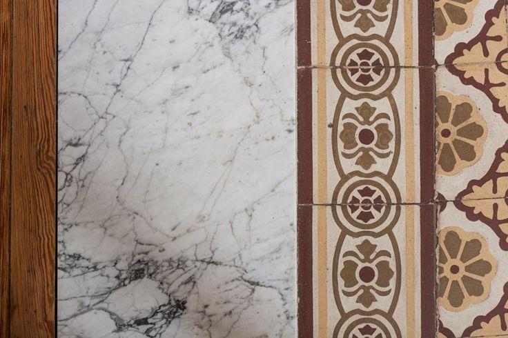 Detalles encuentro de piso de pinotea de madera natural for Pisos de marmol de carrara