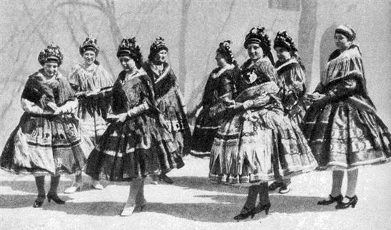 Leányok és egy fiatalasszony templomi öltözetben (Sárköz, Tolna m., 1910-es évek)