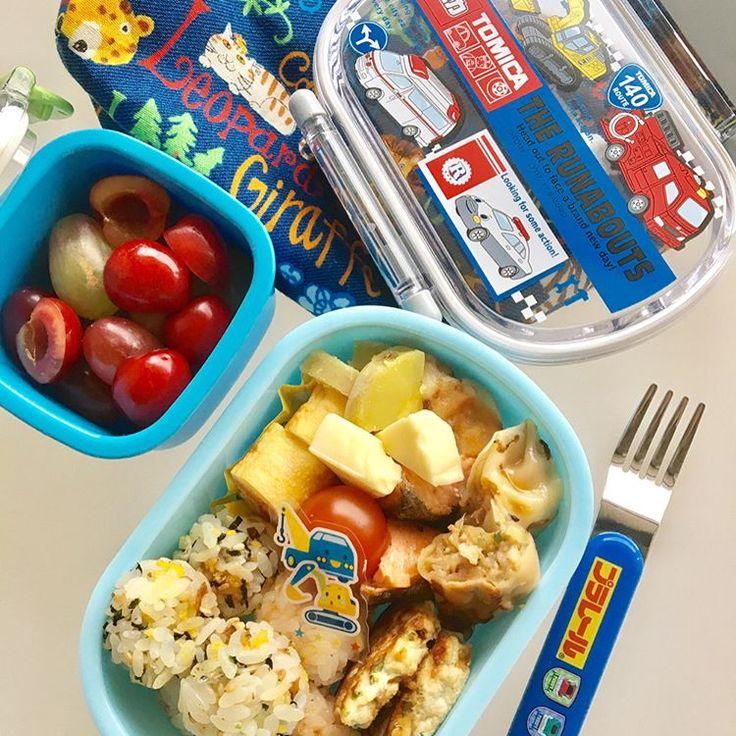 息子の幼稚園お弁当。 ・ ころころミニおにぎり二種 (梅干し & おかか、えびしらすと玉子のふりかけ) ・ たっぷり野菜の柔らかチキンバーグ (鶏むね肉、豆腐、玉ねぎ、ニラ、人参 ピーマン、卵、生姜) ・ 焼餃子 ・ 蒸しさつまいも ・ チーズ ・ 鮭の塩焼き ・ ミニトマト ・ トマトピューレとたまねぎ氷入り卵焼き ・ アメリカンチェリー、種無しぶどう二種 さぁ、今週も始まりました! 水曜日以外の平日は お弁当有り。 楽しく完食して来てくれる事を願って… 母 頑張ります!��✨ #お弁当 #お弁当記録 #お弁当作り楽しもう部 #幼稚園 #幼稚園児 #幼稚園弁当 #幼稚園お弁当 #年少お弁当 #年少弁当 #年少さん #トミカ #プラレール #男子弁当 #料理 #lunch #kidsfood #cooking #instagood #instafood #food #kurashiru #デリスタグラマー #クッキングラム #foodpic #foodstagram #今週も頑張ろう #幼稚園楽しんでね…
