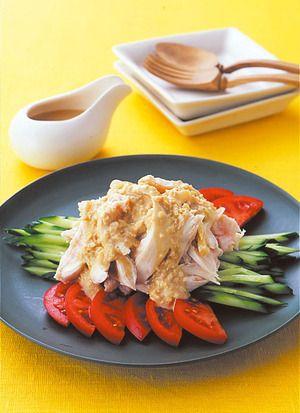 ゆで鶏に、香味野菜たっぷりのごまだれをかけていただきます。たれには、鶏肉のゆで汁を加えてうまみをプラスして。