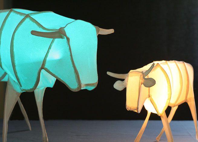 """""""Goldenes Kalb"""", 2015, handgeschöpftes Papier, Draht, groß: LED-Beleuchtung im Farbwechsel, 45 x 14 x 34 cm, 480,- Euro, klein: LED-Beleuchtung weiß, 31 x 12 x 21 cm, 280,- Euro"""