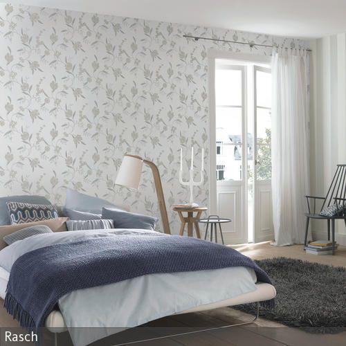 Der Holzfußboden Im Schlafzimmer Sorgt Für Ein Schönes, Natürliches  Ambiente, Ist Aber Für Nackte