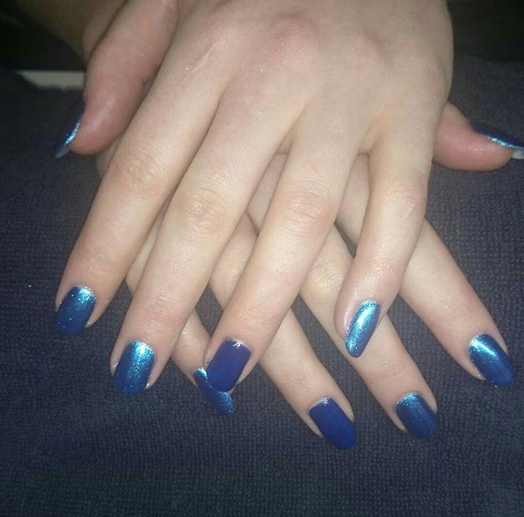 Donkerblauwe gellak met chrome accent nagels zonder chrome