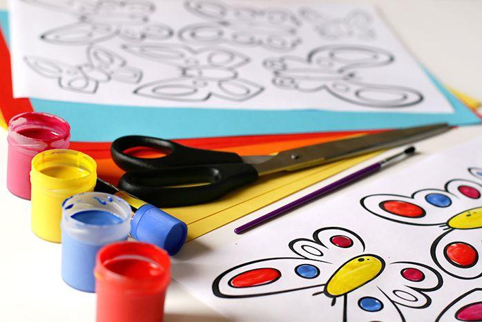 Potrzebujemy: papierowy lampion, farby, nożyczki, klej.