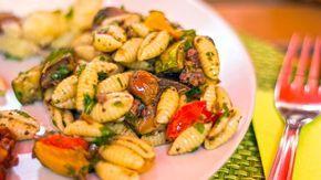 Pasta fredda con sugo vegano di verdure olive e pesto di menta