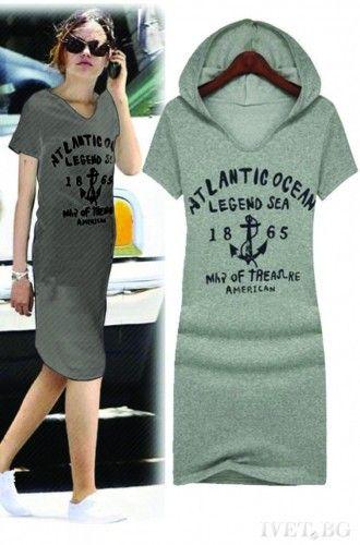Καθημερινό κοντό φόρεμα σε γκρι χρώμα με κουκούλα και τυπωμένα γράμματα μπροστά.    Μεγέθη : Small-Medium  Χρωμα : Γκρι  Σύνθεση : 95%COT 5%PES