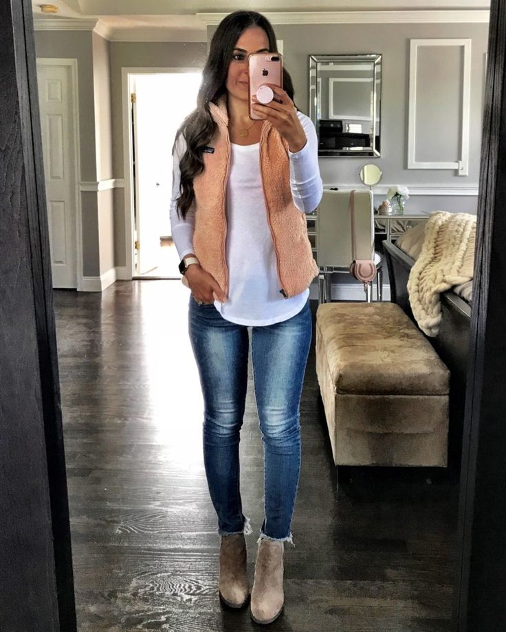 The perfect mountain weekend outfit | White tee, Patagonia fleece vest, skinny jeans, and booties