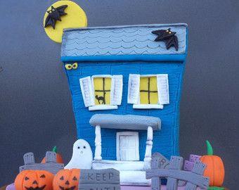 Halloween Fondant Cake Topper blu casa infestata sotto la luna con pipistrelli, recinzione e segni