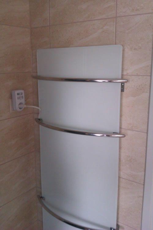 Infrapanel a fürdőben, mely fűtésre és törölköző szárításra egyaránt alkalmas, ezáltal praktikus és energiatakarékos megoldás.