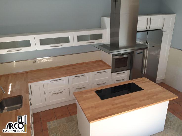Cocina mdf lacada en color blanco en puertas y cajones for Encimeras de madera para cocinas