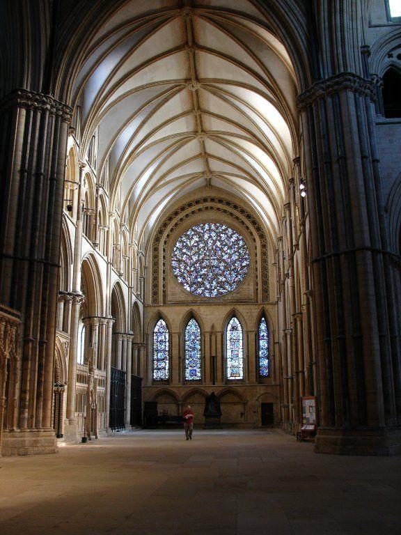 Nawa główna katedry w Lincoln z XI w. przebud. w XII w. Typowe w Anglii zamknięcie chóru ścianą prostą z wielkim oknem. Długie żebro przewodnie łączące ze sobą charakterystyczne, bogate w żebra przęsła zapowiadają późny gotyk. Chór Anielski - faza Early English. Wąskie pęki służek czterodzielnego sklepienia żebrowego osadzone są na konsolach powyżej kapiteli arkad międzynawowych. Akcentowane podziały poziome prowadzą wzrok bardziej w głąb nawy niż w górę i stąd różnią się od archit. fr.