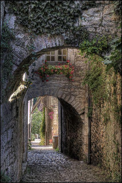 Ruelle médiévale de St-Cirq Lapopie sur le chemin de Compostelle. ©Yvon Lacaille. L'utilisation sans ma permission est illégale./ Use without permission is illegal.