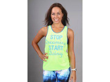 Sportovní tílko ve výrazné zelené barvě s modrým nápisem STOP Dreaming START Doing a volnými průramky. Skvělý top, který podtrhne vaši zajímavou osobnost a dodá vám motivaci, když se vám zrovna nechce jít cvičit. Můžete ho vrstvit a nosit na barevnou sportovní podprsenku nebo si pod něj můžete vzít ještě jeden top.Krásný doplněk pro taneční lekce nebo fitness a díky své barevnosti se vám bude skvěle hodit i na Zumbu. Bezvadně bude vypadat také k džínům a jiným kalhotám.