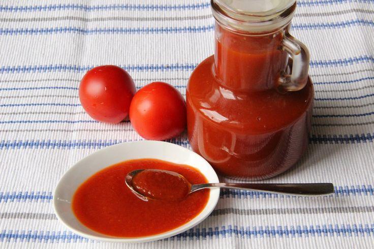 Umytá rajčata, jablka a cibuli nakrájíme na kolečka dáme vařit s octem, solí, paprikou, hřebíčky, nového koření, pepřem a vaříme 1 1/2 hodiny.Pak...