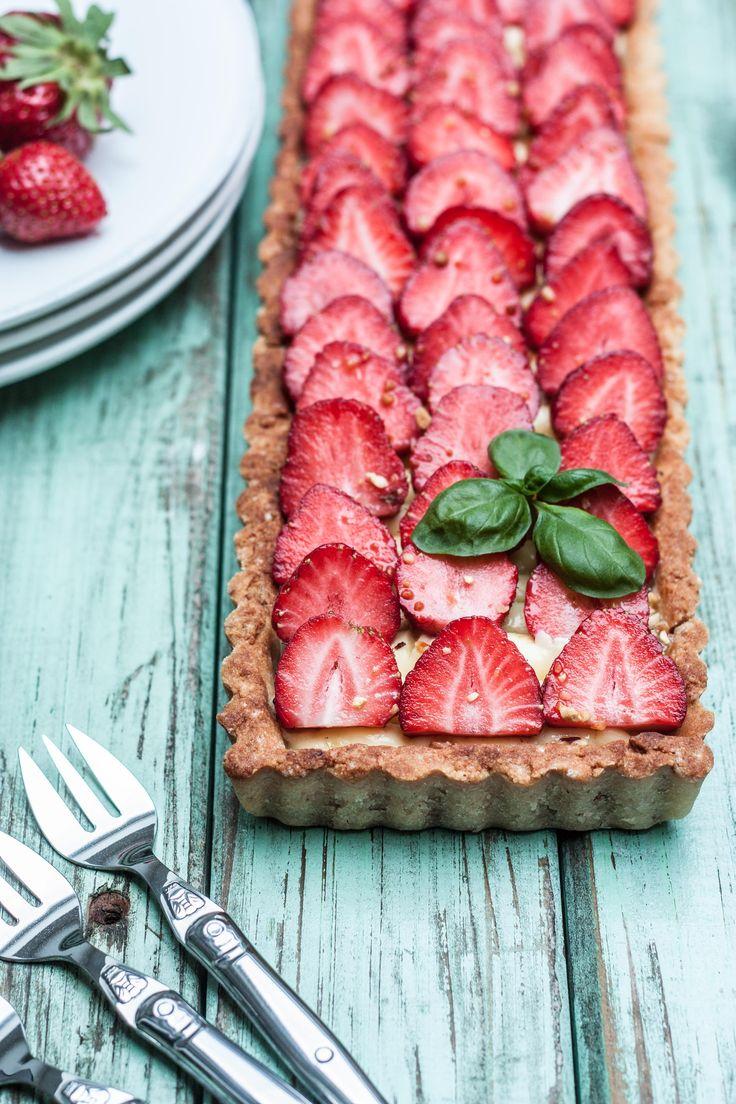 Etant en pleine saison des fraises et de la rhubarbe, on ne peut échapper à ce doux mariage dans ma cuisine! Et aujourd'hui, c'est une tarte qui honorera ces deux ingrédients. Sans glut…