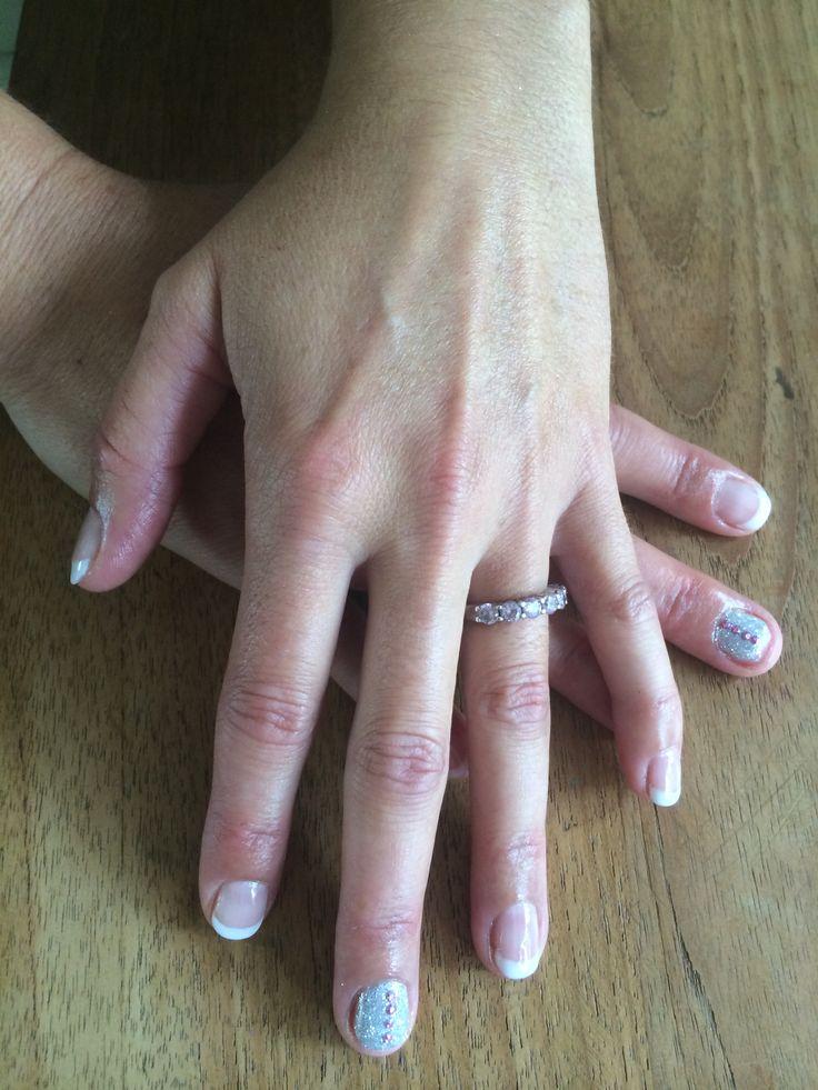 Shellac nagels french, met nailart op nagelbijt nagels op de middelvingers. Kleuren studio white en clearly pink.