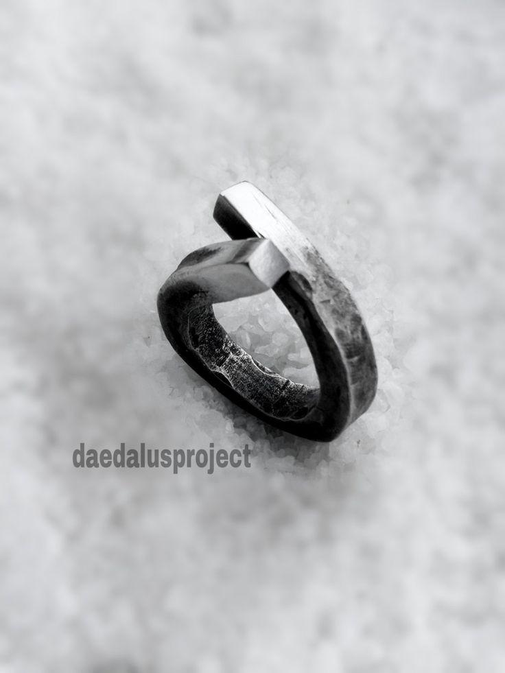 anello stile industriale,anello martellato,ossidato,lucidato,handmade,female ring,hammered ring,silvered ring,gioielli di daedalusproject su Etsy