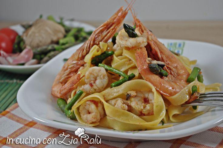 La pasta gamberi asparagi e funghi cardoncelli è un primo piatto molto profumato e sorprendentemente saporito. Da provare assolutamente