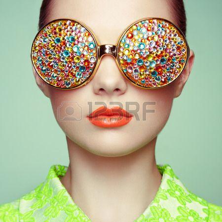 Ritratto di giovane e bella donna con gli occhiali colorati La moda di bellezza Perfetto make up Dec Archivio Fotografico