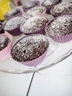 I helgen testade jag att baka riktigt kladdiga glutenfria chokladmuffins, Många tror ju att glutenfritt ofta blir torrt och tråkigt. Med detta bakverk kan jag verkligen motbevisa det. Bjöd dessa till två som inte äter glutenfritt i vanliga fall. Båda tyckte det var vansinnigt gott. Huurrraa! Blir al