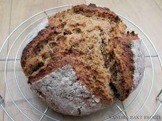 Dit overheerlijke brood wordt niet met gist of zuurdesem gebakken, maar met een ander rijsmiddel namelijk bakpoeder. Daar krijg je karnemelks brood van.