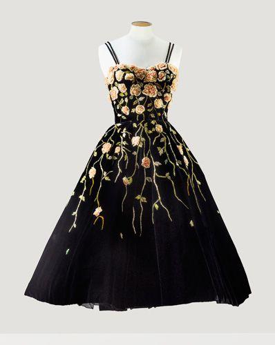 Pierre Balmain – Hiver 1953 Robe de cocktail en velours noir, entièrement brodée de roses en mousseline par la Maison Lesage.