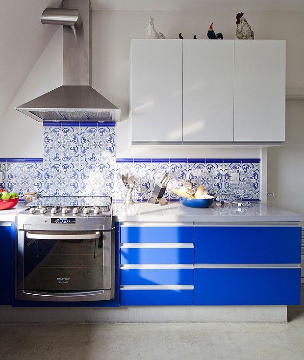 Cozinha | Painel de azulejos portugueses, da H&T Cerâmica, dá mais vida ao ambiente. Armários brancos e gabinete laqueado de azul, criados pela arquiteta, harmonizam-se com o revestimento  (Foto: Maíra Acayaba/Editora Globo)