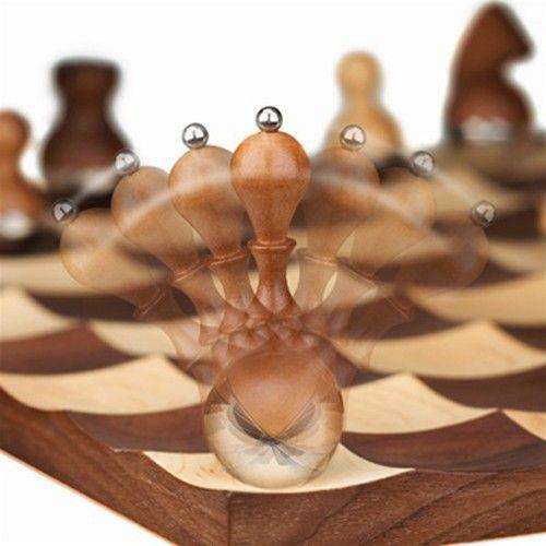 Echiquier Wobble chess, noyer. Conçu par le designer Adin Mumma pour U+, Wobble chess est un magnifique jeu d'échec réalisé en noyer.