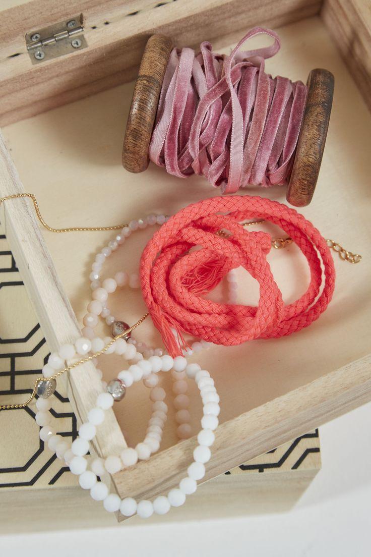 Creëer een fijne opwekkende sfeer met kleurrijke accessoires.