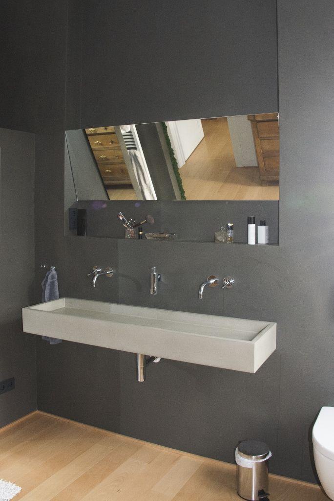 Betonwaschbecken im fugenlosen Bad