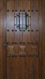 puerta de entrada rústica clavos, ventanillo y reja