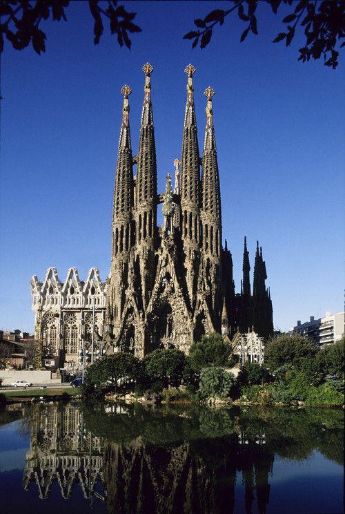 La principal obra de Gaudí es la basílica de la Sagrada Família. Le dedicó 43 años de su vida (1883-1926).