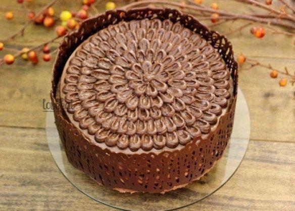 """Хорошо украсить праздничный торт не менее важно, чем испечь его вкусным. Этот простой, но симпатичный ажурный """"заборчик"""" из шоколада будет смотреться гармонично на любом торте. Делается он элемента…"""