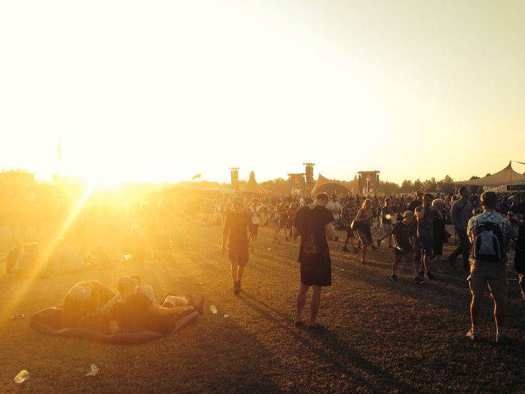 Even though the sun is going down, people are getting ready to party aaaaalll night long!