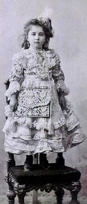 Ayşe Sultan (Osmanoğlu) (1887 - 1960), daughter of sultan Abdülhamid II (1876 – 1909). Photograph from c. 1893.