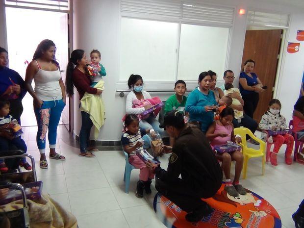 El Escuadrón Móvil Antidisturbios de la Policía Nacional visitó a niños internados en el hospital Susana López de Valencia.