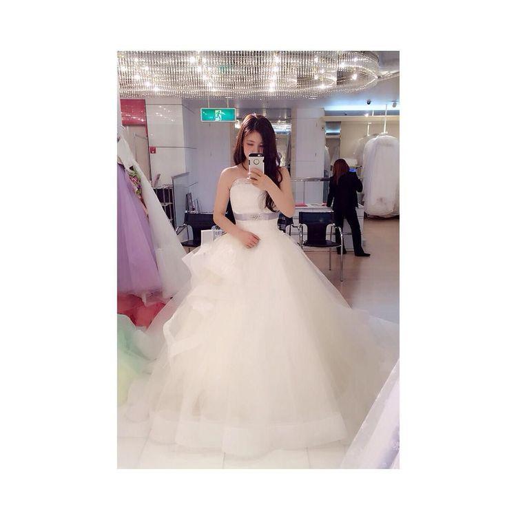 . ウエディングドレス カラードレス試着中に 白ドレスこれも着てみます って持ってきてくれました 佐々木希デザインらしいです 片方だけヒラヒラしてて 可愛い感じのドレスでした . #WD#佐々木希#ドレス試着 #プレ花嫁#結婚式準備#結婚式 #披露宴#二次会#ウェディング#happy #ウェディングドレス#ドレス#ベール #タキシード#カラードレス#運命の1着 #Aライン#プリンセスライン#ダイエット by __8.7.__