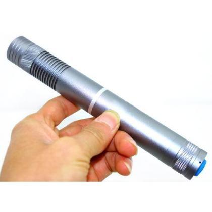 500mW Laserpointer Grün Bestens für Präsentationen in einem hellen Umfeld oder auch, um sich von den anderen abzuheben: In diesem Hightech-Pointer strahlt ein diodengepumpter grüner Festkörper-Laser mit Frequenzverdopplung. http://www.laserstarker.com/500mw/p-192.html