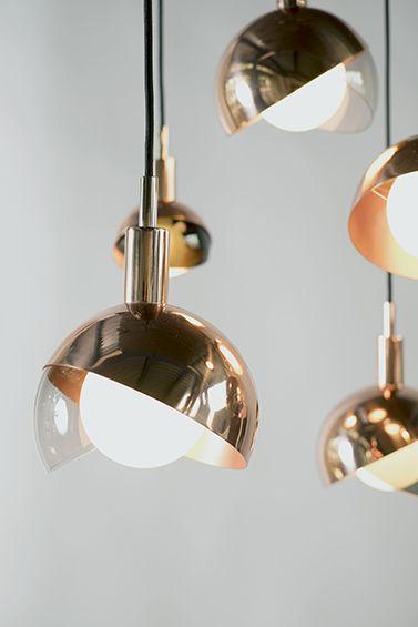 Dan Yeffet a imaginé, pour Wonderglass, un nouveau luminaire suspendu mariant cuivre poli et verre fumé soufflé à la main. ...
