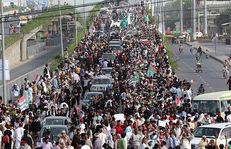 14日、パキスタン東部ラホールで、シャリフ首相の辞任を求め首都イスラマバードに向けデモ行進する野党支持者ら(EPA=時事) ▼15Aug2014時事通信|首相辞任求め、大規模デモ=野党支持者ら数千人が首都に-パキスタン http://www.jiji.com/jc/zc?k=201408/2014081500009