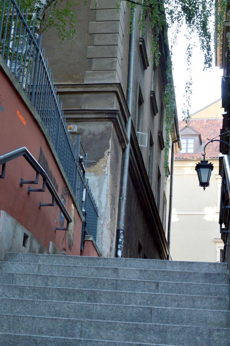 Do ulicy Brzozowej z głównej części Starówki schodzi się Kamiennymi Schodkami