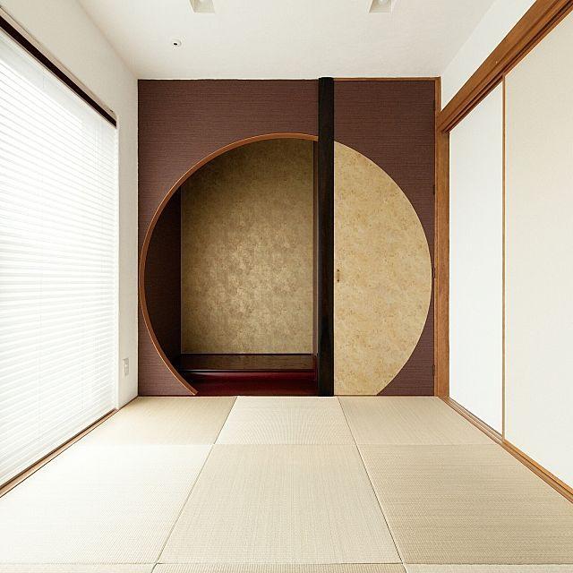 の無垢材/漆喰/琉球畳/仏間/壁/天井についてのインテリア実例を紹介。「月をイメージした床の間と仏間です。右側の扉の向こうに仏壇があります。」(この写真は 2017-02-17 06:33:19 に共有されました)
