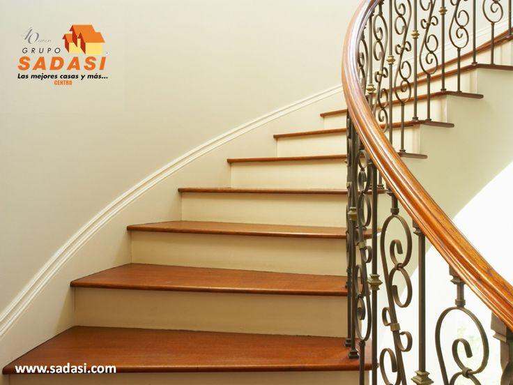 #decoracion LAS MEJORES CASAS DE MÉXICO. Las escaleras circulares son de las más estéticas que puede tener en su hogar, aunque ocupan mucho espacio. Éstas permiten el uso de varios materiales, tanto en los barandales como en los escalones y pueden combinar metal y madera o diferentes tipos de piedras. En Grupo Sadasi usted puede ejercer su crédito INFONAVIT o FOVISSSTE, para adquirir su casa en nuestros desarrollos. www.sadasi.com