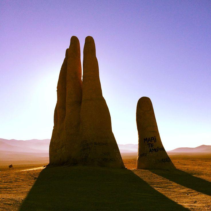 """Escultura """"La Mano del Desierto"""" se encuentra ubicada en medio del Desierto de Atacama en Antofagasta, Chile."""
