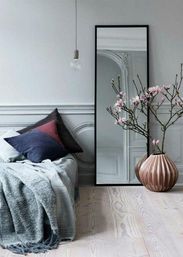 Le miroir en hauteur dans la chambre pour donner de la profondeur // High mirror in the bedroom