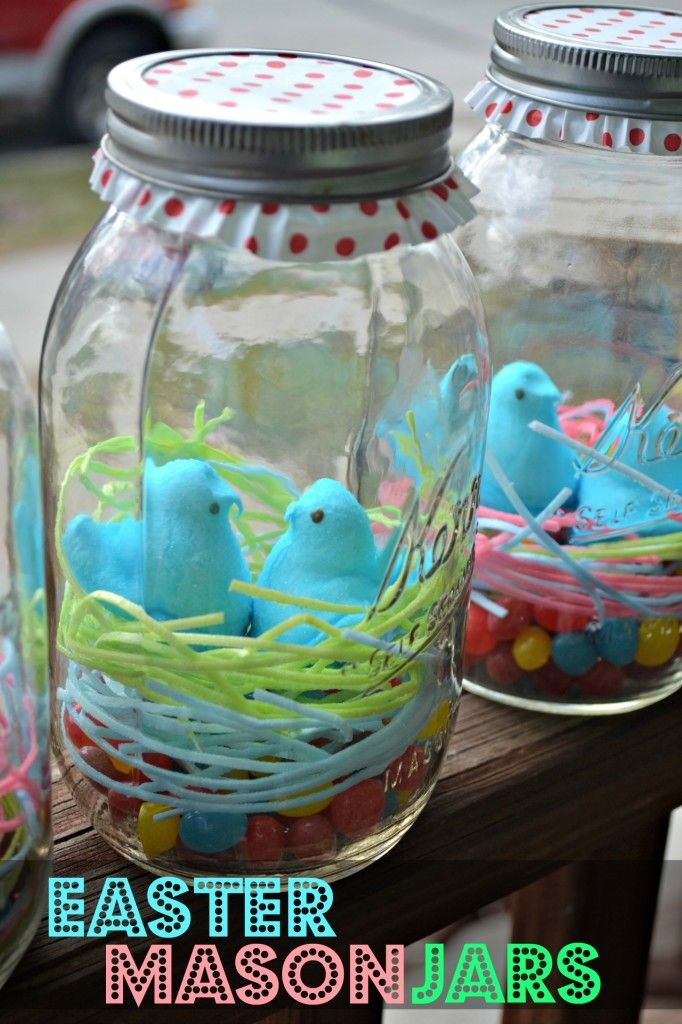 Easter Mason Jars. The perfect last minute Easter craft! Edible Grass, jelly beans, and peeps make a simple mason jar into a special treat.
